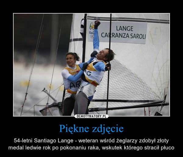 Piękne zdjęcie – 54-letni Santiago Lange - weteran wśród żeglarzy zdobył złoty medal ledwie rok po pokonaniu raka, wskutek którego stracił płuco