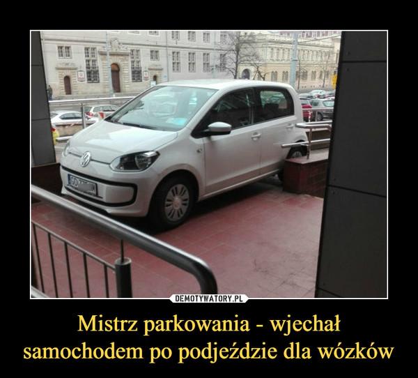 Mistrz parkowania - wjechał samochodem po podjeździe dla wózków –