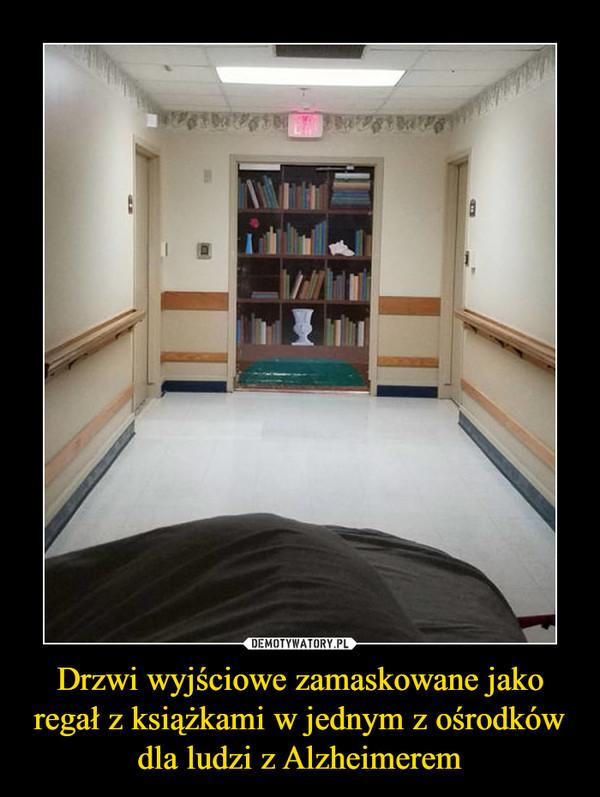Drzwi wyjściowe zamaskowane jako regał z książkami w jednym z ośrodków dla ludzi z Alzheimerem –