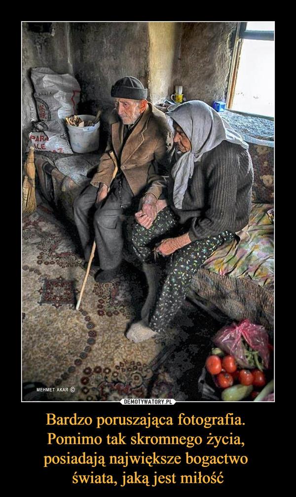 Bardzo poruszająca fotografia. Pomimo tak skromnego życia, posiadają największe bogactwo świata, jaką jest miłość –