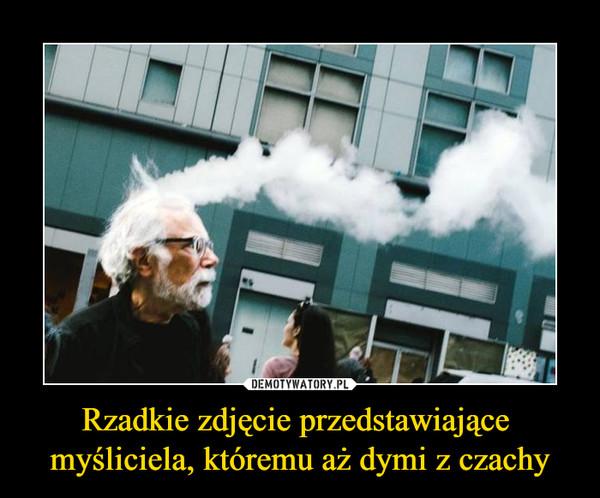 Rzadkie zdjęcie przedstawiające myśliciela, któremu aż dymi z czachy –