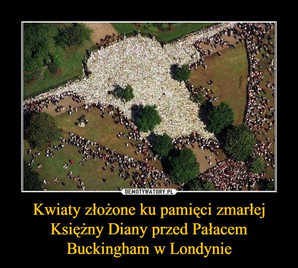 Kwiaty złożone ku pamięci zmarłej Księżny Diany przed Pałacem Buckingham w Londynie –