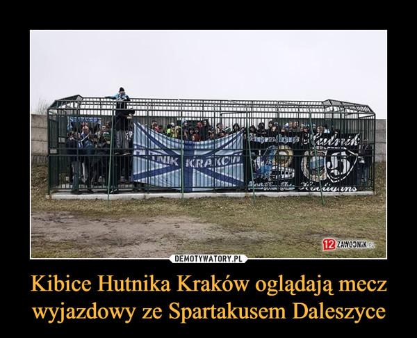 Kibice Hutnika Kraków oglądają mecz wyjazdowy ze Spartakusem Daleszyce –