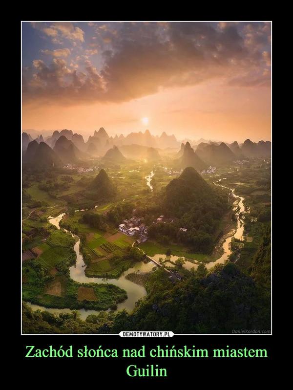 Zachód słońca nad chińskim miastem Guilin –