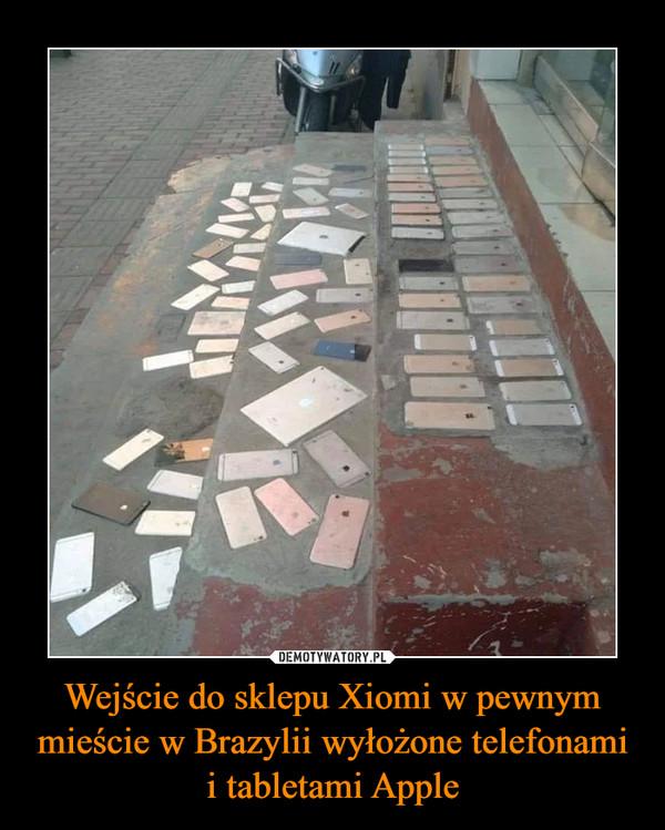 Wejście do sklepu Xiomi w pewnym mieście w Brazylii wyłożone telefonami i tabletami Apple –