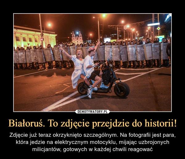 Białoruś. To zdjęcie przejdzie do historii! – Zdjęcie już teraz okrzyknięto szczególnym. Na fotografii jest para, która jedzie na elektrycznym motocyklu, mijając uzbrojonych milicjantów, gotowych w każdej chwili reagować