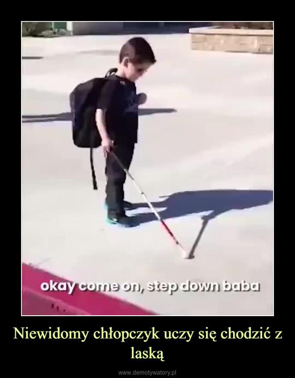 Niewidomy chłopczyk uczy się chodzić z laską –