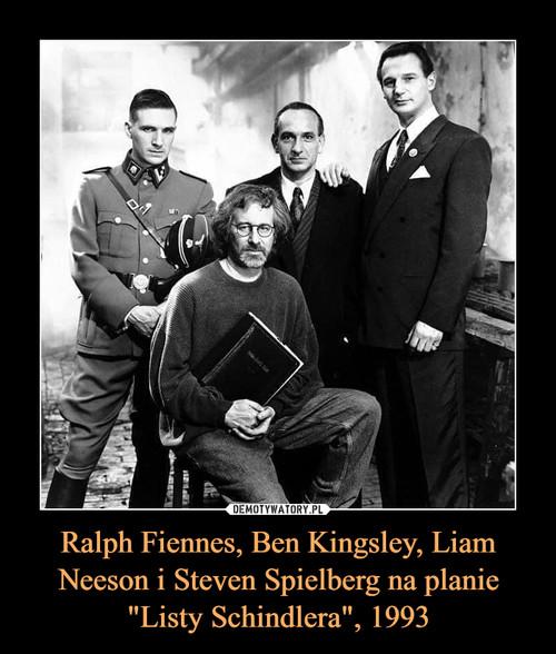"""Ralph Fiennes, Ben Kingsley, Liam Neeson i Steven Spielberg na planie """"Listy Schindlera"""", 1993"""