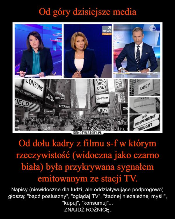 """Od dołu kadry z filmu s-f w którym rzeczywistość (widoczna jako czarno biała) była przykrywana sygnałem emitowanym ze stacji TV. – Napisy (niewidoczne dla ludzi, ale oddziaływujące podprogowo) głoszą: """"bądź posłuszny"""", """"oglądaj TV"""", """"żadnej niezależnej myśli"""", """"kupuj"""", """"konsumuj""""...ZNAJDŹ ROŻNICĘ."""